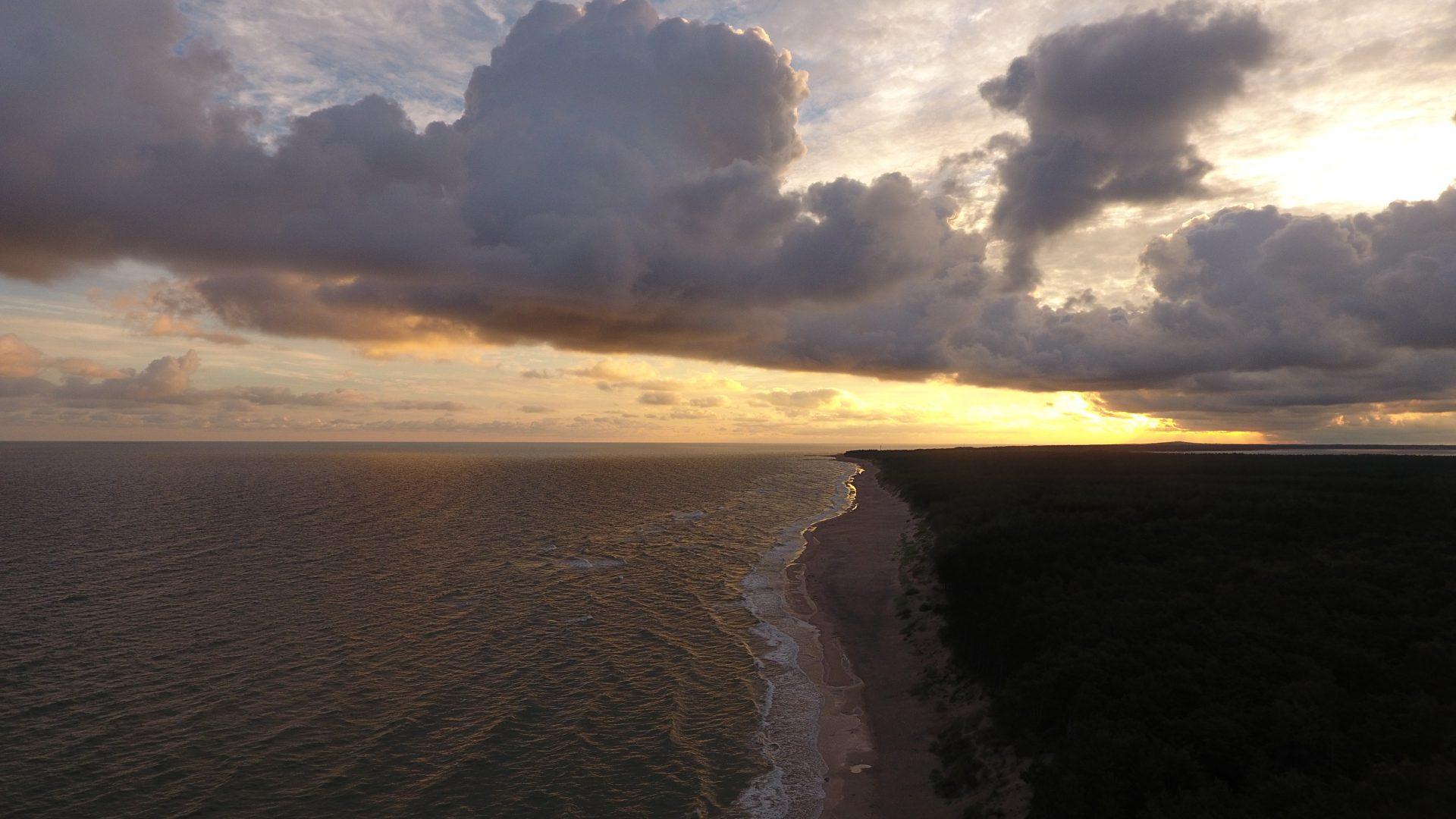 Zdjęcie z drona na morze podczas zachodu słońca