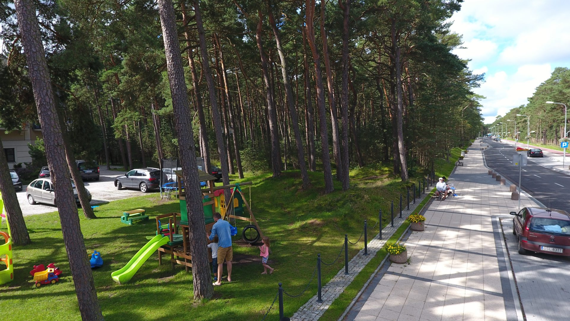 Zdjęcie lotnicze z drona na rodzinę w lesie przy hotelu Royal Baltic
