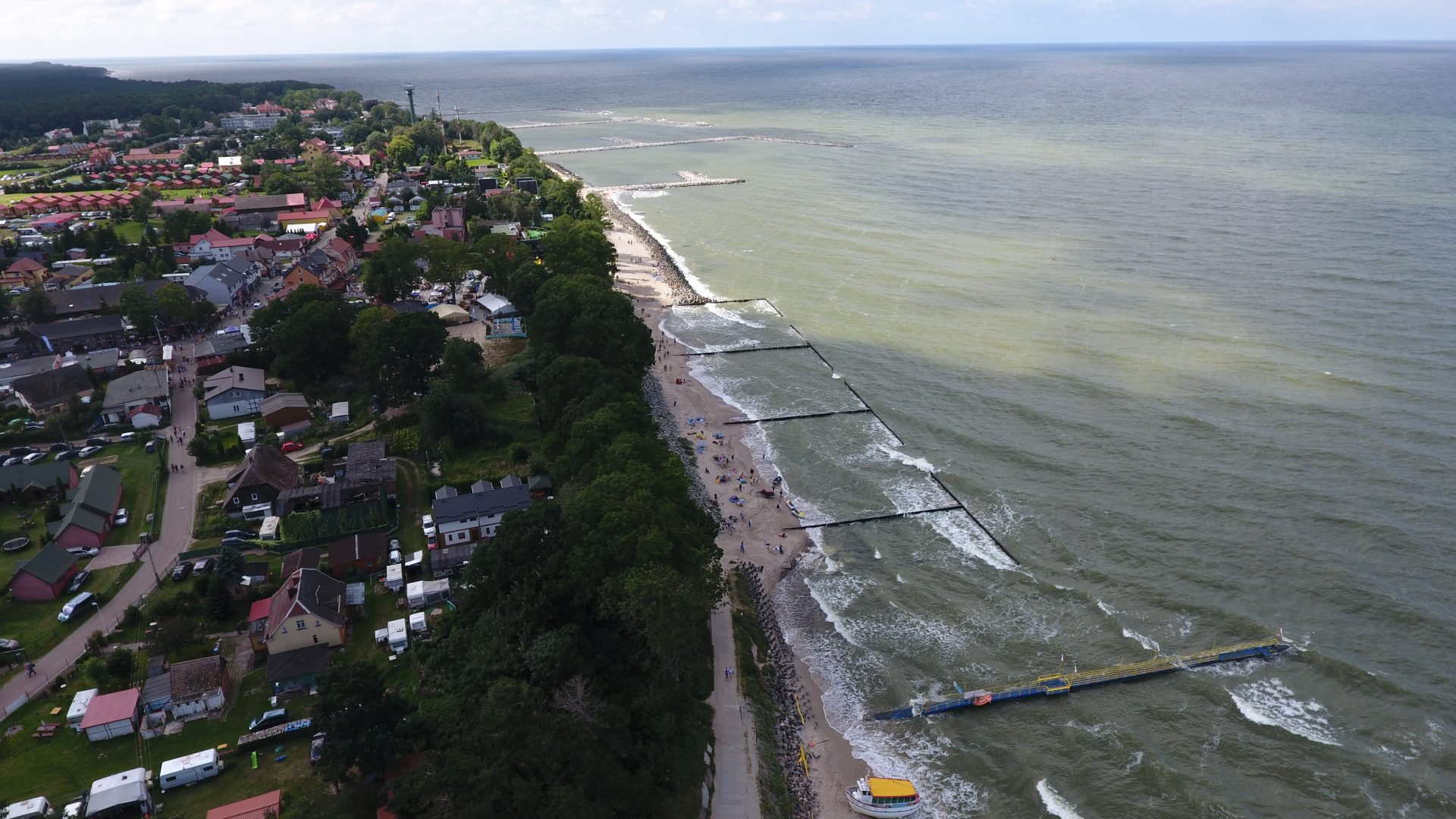 Zdjęcie z drona na morskie nabrzeże