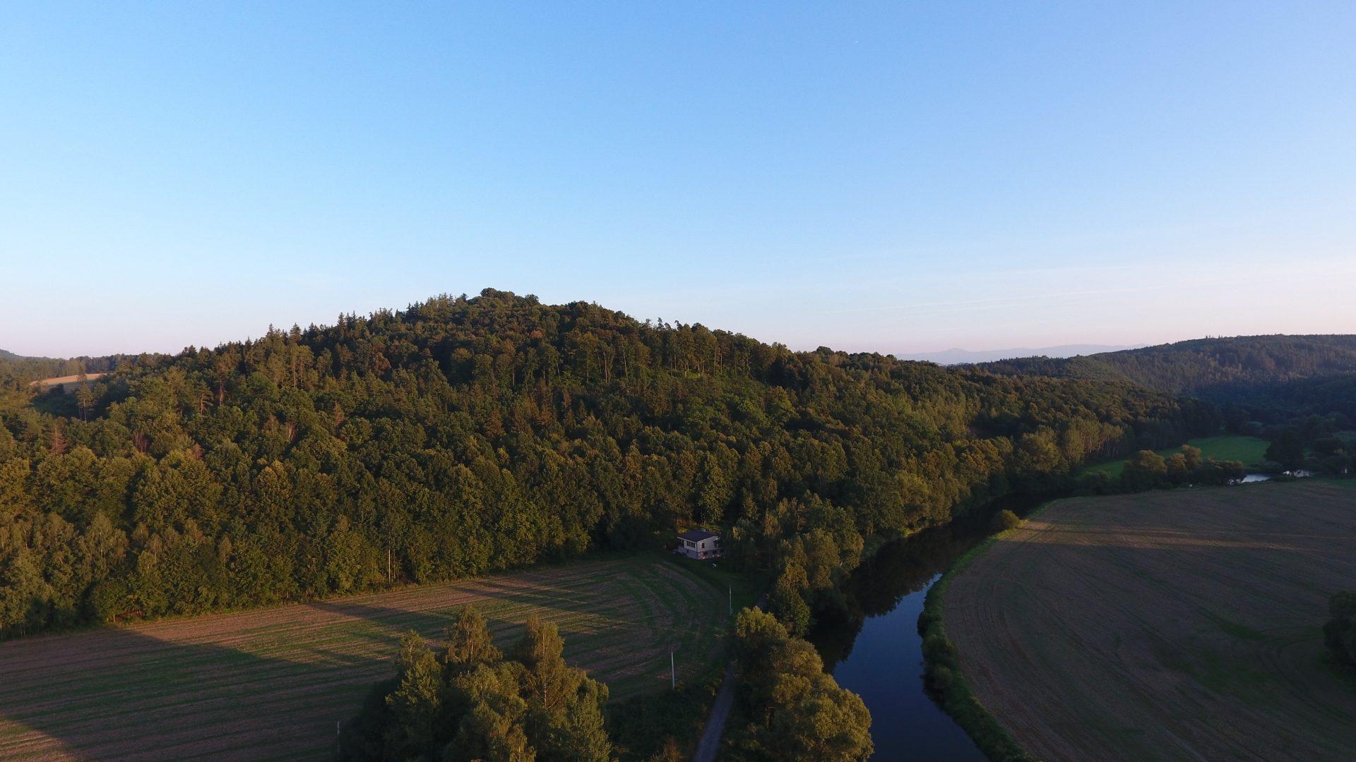 Zdjęcie z lotu drona na góry położone na rzeką